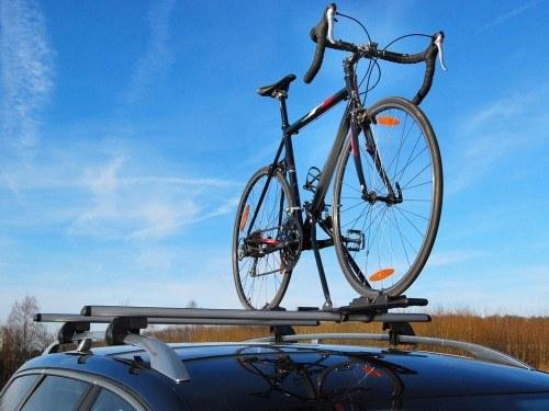 Das Rennrad steht auf dem Autodach