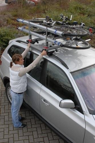 Die Last dieses Trägers lässt sich auch problemlos von einer Frau auf das Dach schieben