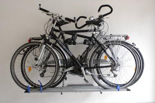 Die Fahrräder können mithilfe des Trägers sehr platzsparend an die Wand montiert werden
